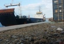 Photo of محافظ سقطرى اليمنية: سفينة إماراتية تفرغ معدات عسكرية في الميناء